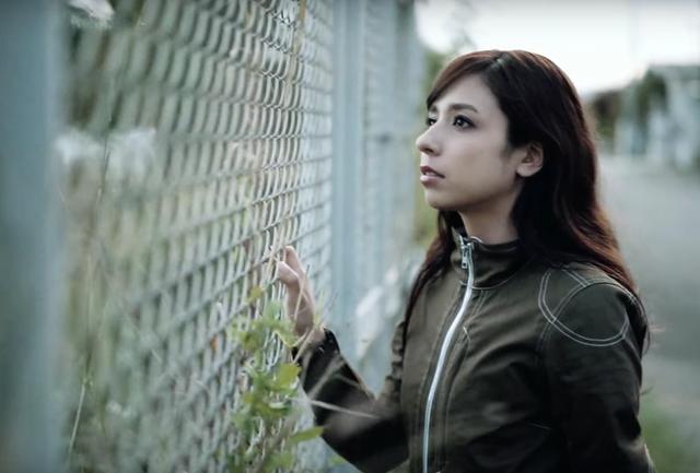 画像: 横顔も美しい美女。ヘルメットを脱いだら彼女みたいな美人が現れたらテンション上がりますね