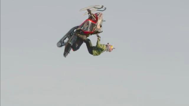 画像: 約200kgのスノモが、ダニエルとともに宙を舞います・・・。 www.youtube.com
