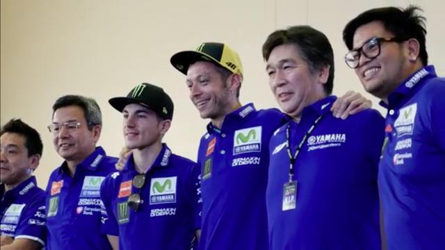 画像: 壇上で笑顔を振りまくM.ビニャーレスとV.ロッシ(左から3番目と4番目・・・とか書かなくてもわかりますよね)。 www.youtube.com