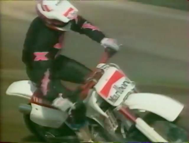 画像: ヤマハYZ250で華麗なオフロード走行を魅せるのは、エディ・ローソンです! www.youtube.com