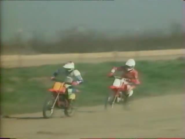 画像: ホンダXR80などの小さな車両での、フラットトラックの練習シーンは、皆遊んでいる風にしか見えません(笑)。 www.youtube.com