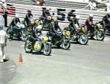 画像: 一番手前の、銀色のフルフェアリングを装着したノートンに乗るのがJ.サーティーズです。 www.youtube.com