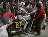 画像: ピットインして作業をするヤマハXS1100。ライダーはロジャー・ヘイズ/ジム・バッド組です。 www.youtube.com