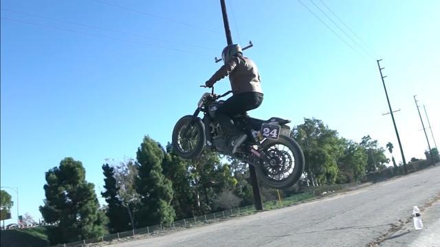 画像: 大ジャンプにトライしたり・・・。 www.youtube.com