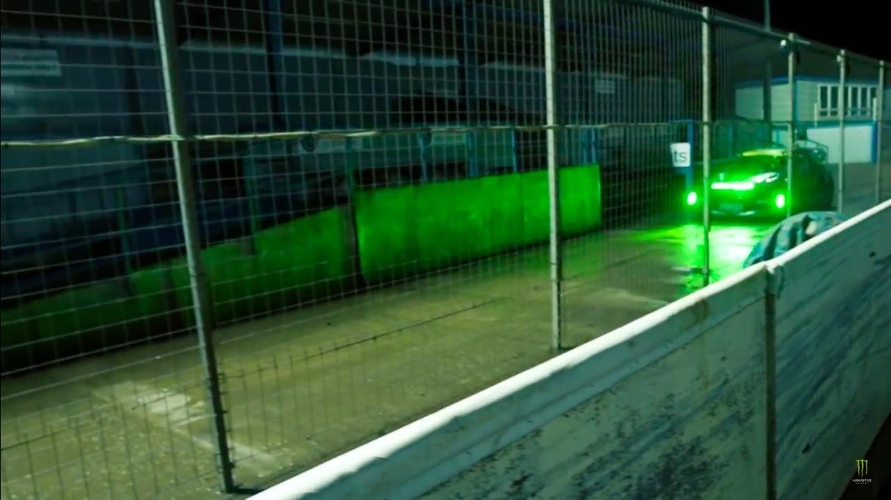 画像: 1台のスポーツカーがコースに侵入してきました・・・! www.youtube.com