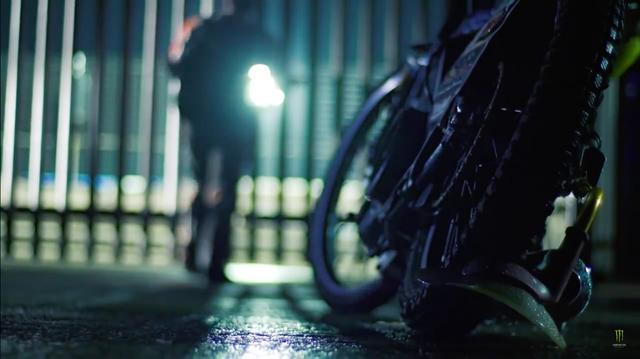 画像: ゲートの鍵を壊して、コースに侵入するT.ウォッフィンデン・・・悪いコですね(笑)。 www.youtube.com
