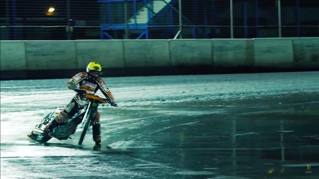 画像: 誰もいないコースをひとりじめして走っていると・・・。 www.youtube.com