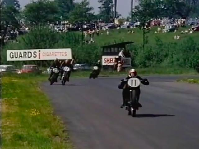 画像: マシンはビンテージでも、皆走りは本気モードです! www.youtube.com