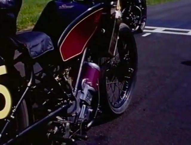 画像: こちらは水冷2ストローク並列ツイン、というユニークなエンジンを搭載するスコットです。 www.youtube.com