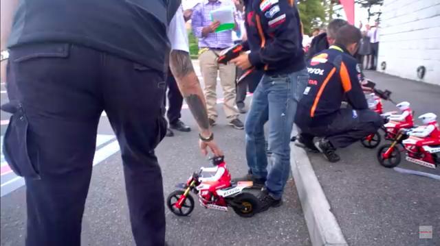画像: 本番はこれから?です。英のRCバイクスの1/4スケールのラジコンが用意された、特設会場でのレースにふたりは挑みます。 www.youtube.com