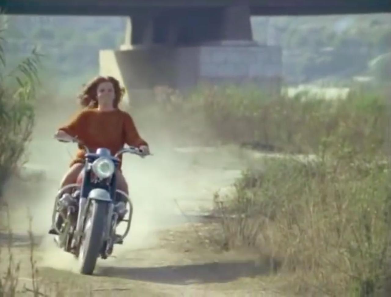 画像: 颯爽とV7に跨りやって来た、マギー役のアン=マーグレット! www.youtube.com