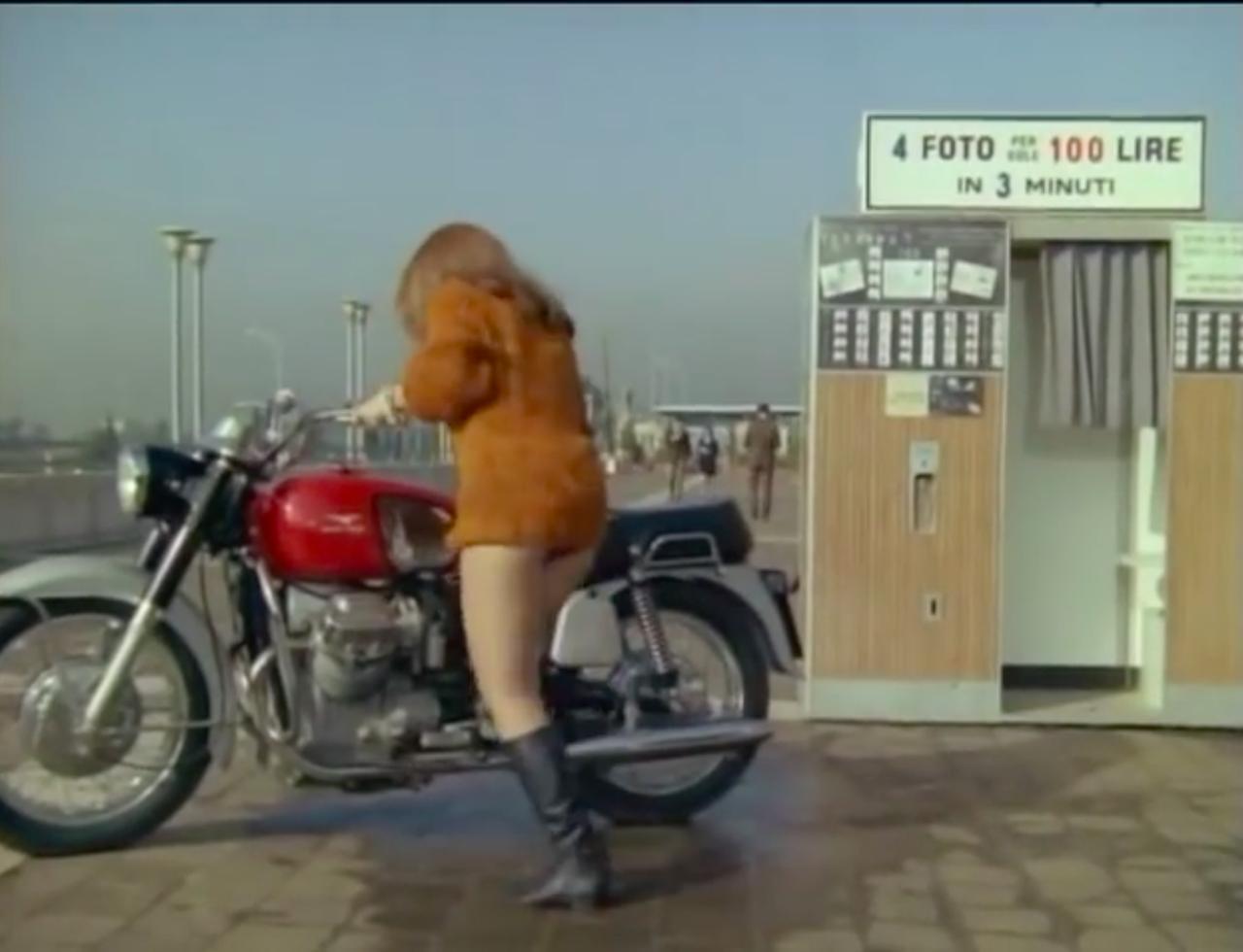 画像: シーンは変わって、街中の証明写真スタンドへ・・・。お尻が見えちゃってますね(笑)。 www.youtube.com