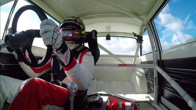 画像: こちらからのアングルでは、ゴードンのハンドルさばきが堪能できます。 www.youtube.com
