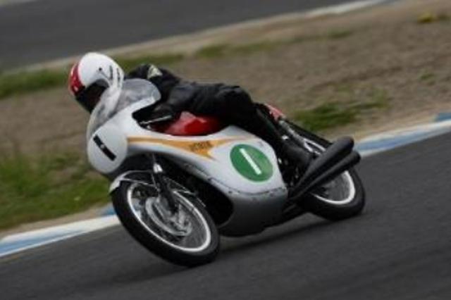 画像: ■RC164 1963年シリーズ終盤にRC163の発展型として投入されたトランジスタ点火を採用した250cc/4気筒マシン。この年、ライバルメーカーの台頭もあり、鈴鹿で行われた日本初のグランプリレース(シリーズ最終戦)はシリーズポイント同点と言う接戦の中で迎えたが、見事優勝を果たしHondaにとって同クラス3年連続となるタイトルをもたらした。