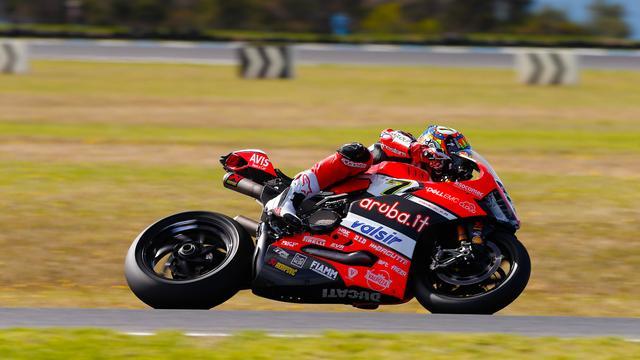 画像: 0.042秒の僅差で、2位に甘んじたC.デイビス(ドゥカティ)。レース2も接戦が期待されますね! photos.worldsbk.com