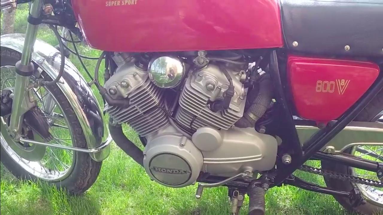 画像: リアバンク側の排気系の取りまわしがかなり強引なカンジですが、全体のまとまりは良いですね・・・。 www.youtube.com