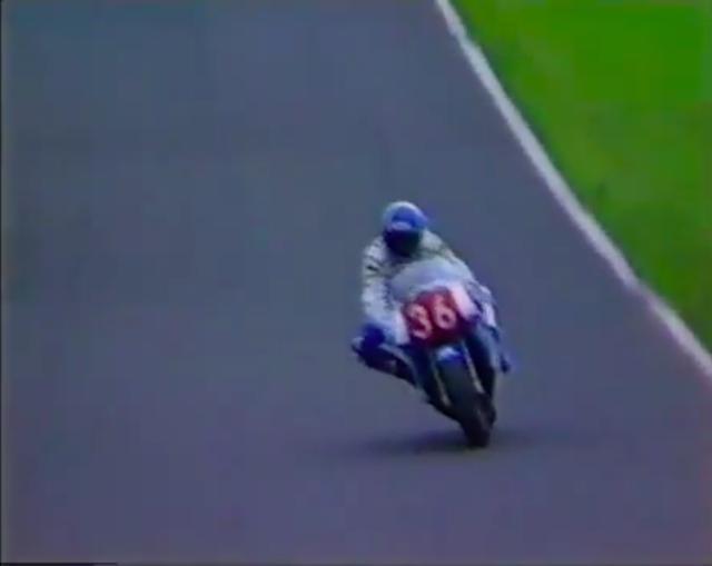 画像: ホンダRC30に乗り、見事2位に入った岩橋健一郎選手。 www.youtube.com