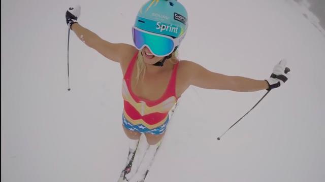 画像: じゃーん! これがジュリアの「ヘルメット女子」バージョンです! www.youtube.com