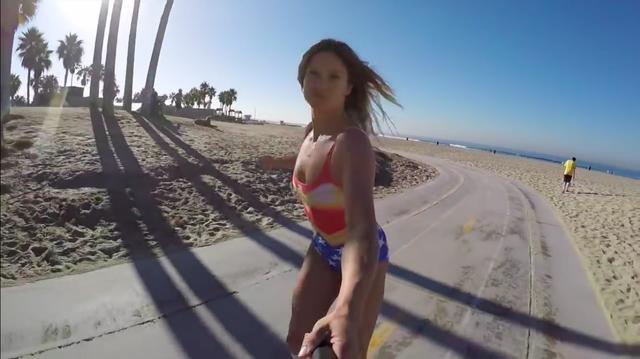 画像: ビーチでインラインブレードを楽しむジュリア。頭の中でザ・ビーチ・ボーイズの「カリフォルニアガールズ」が自動再生されました? ちなみに彼女はネバダ州出身ですけど(笑)。 www.youtube.com