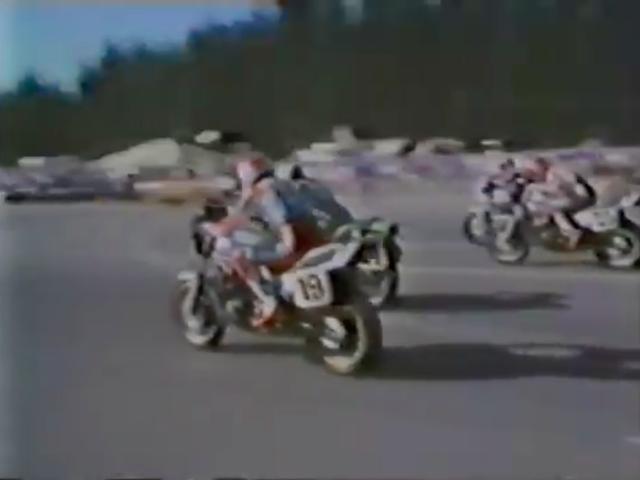 画像: ホンダのスペンサーと、カワサキのローソンが激しいバトルを繰り広げます。こちらは多分、1981年のシアトル・インターナショナル・レースウェイでの第5戦ですね。 www.youtube.com