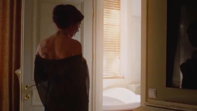 画像: 美しいスタイルをもつ刺青の美女が、この動画の主人公です。 www.youtube.com