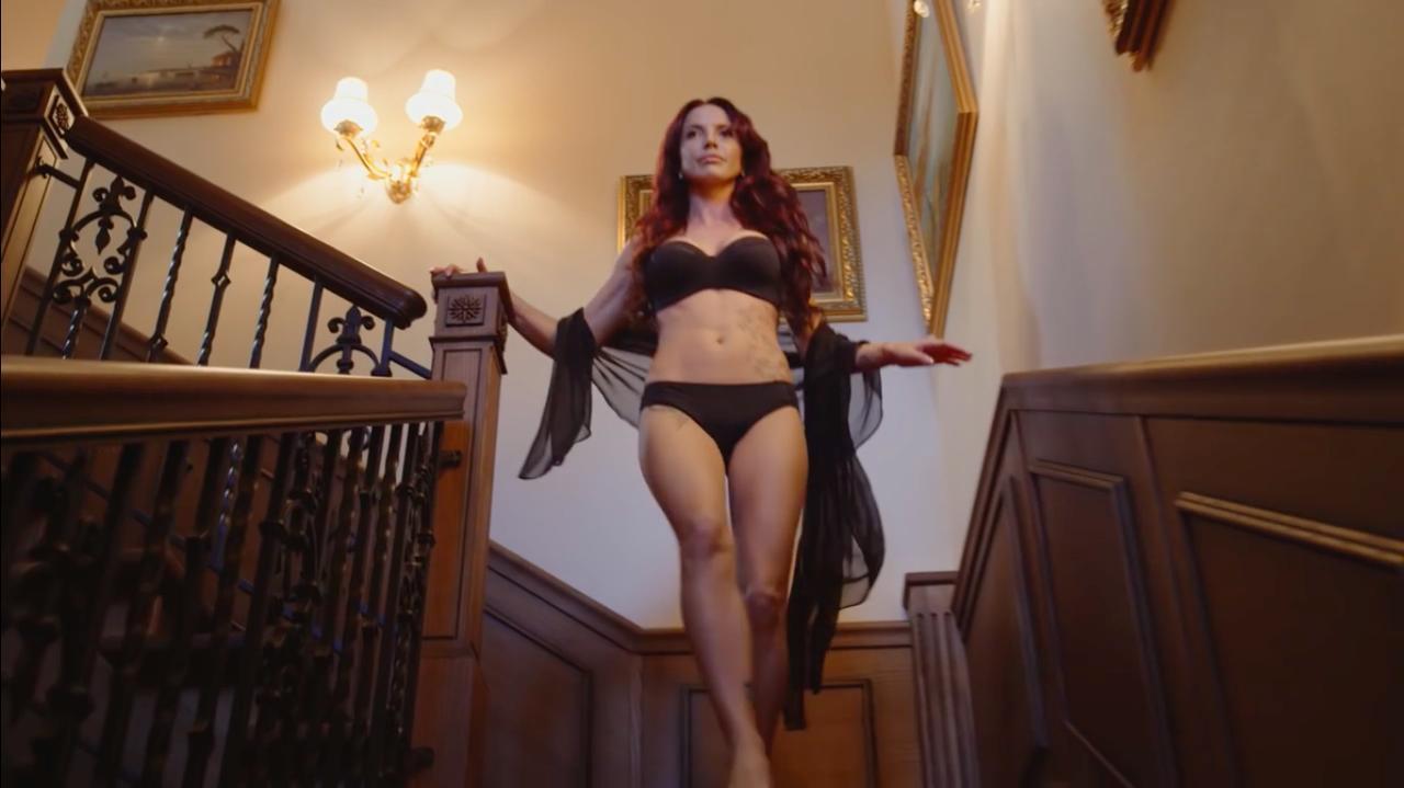 画像: 携帯のメッセージを受けた美女は、階段をおりてエントランスに向かいます・・・。 www.youtube.com