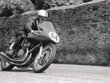 画像: マンクス・ノートン、NSUスポーツマックスに乗るプライベーターとして頭角を現したサーティーズは、イタリアのMVアグスタのファクトリーライダーに抜擢されます。そして、世界ロードレースGPの500ccクラスで、1956、1958、1959、そして1960年と4度タイトルを獲得。また350ccクラスでも、1958、1959、1960年に王者となりました。 columnm.com