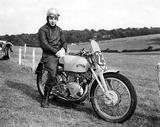 画像: 1951年、当時アプレンティスとして働いていたビンセントの市販レーサー「グレイフラッシュ」に跨る、若き日のビッグ・ジョン。 www.vintagebike.co.uk