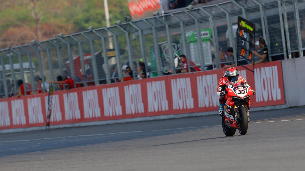 画像: 今年からドゥカティでSBKに復帰した、元MotoGPライダーのM.メランドリ(ドゥカティ)。土曜日のレース1は4位だったため、今年から採用のリバースグリッドルールによりレース2はポールポジションからスタートしました。 photos.worldsbk.com