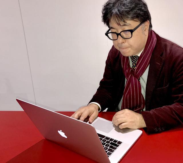 """画像: 大きなカラダが特徴の藤元が使うと、MacBook Pro 15""""も小さく見える"""