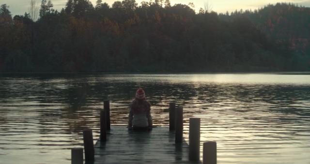 画像: 湖に佇む少女 www.youtube.com