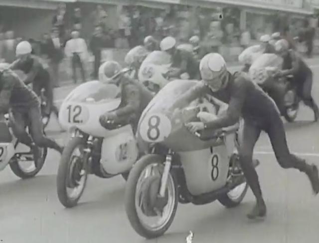 画像: こちらのムービーは、1964年のベルギーGP500ccクラスのものです。MVアグスタ4気筒を押しがけでスタートさせるM.ヘイルウッド! www.youtube.com