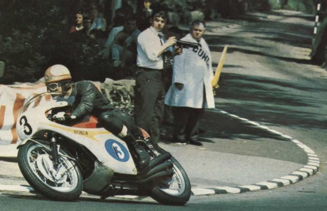 画像: 1967年マン島TTジュニア(350cc)クラスで、RC174を走らせるM.ヘイルウッド。前年はフルスケールの4気筒(RC173)で350ccクラスのタイトルを獲得しましたが、この年は297cc・6気筒でタイトル防衛を果たしています。 www.vf750fd.com