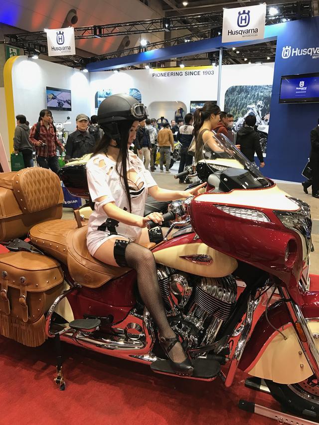 画像: 今回のモーターサイクルショーでのヘルメット女子を務めてくれた小田飛鳥さんもうっとり。