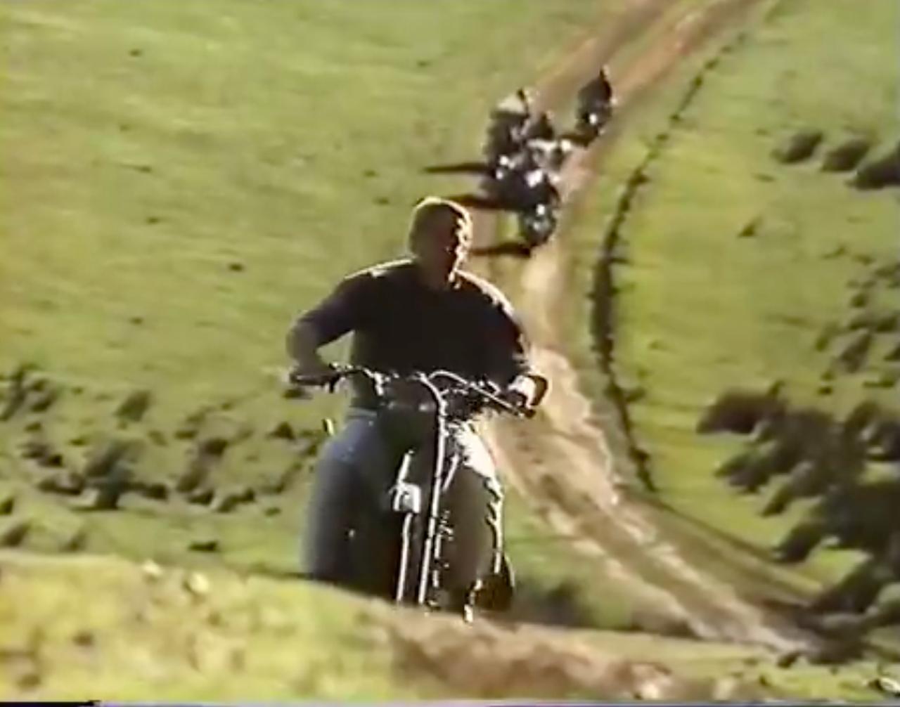 画像: 必死こいて逃げるヒルツ。後ろからは、ドイツ兵が追いかけてきます・・・。 www.youtube.com