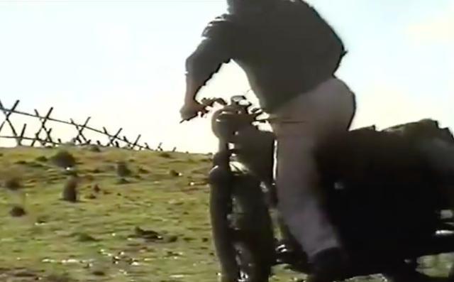 画像: そこでマックイーン・・・もといヒルツは、鉄条網を張り巡らせた柵を、ジャンプで飛び越えることを試みます。はたしてこの試みは、成功するのでしょうか? www.youtube.com