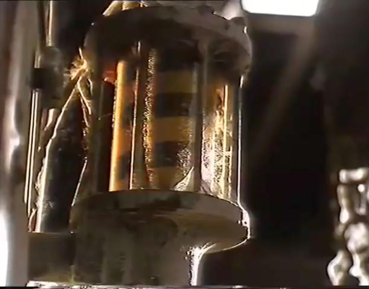 画像: でも、都合よく(CMですから⁉︎)、小屋の中に給油機があるんですよね〜(笑)。 youtu.be