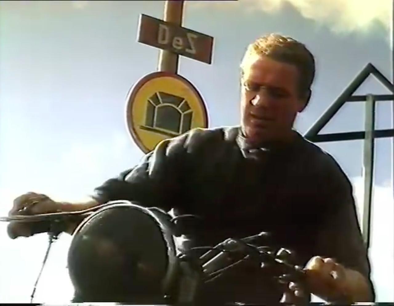 画像: 燃料タンクのフィラーキャップを外し、そして車体をゆすってガソリンの残量を確認したら・・・「やべぇ、ガス欠じゃん」という表情をするヒルツ。ここで万事休すか? www.youtube.com