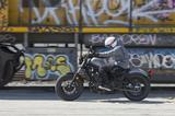 画像: 走っている時のサイズ感が完璧です。タンクのデザインや搭載位置など、ライダーが跨っている状態でのデザインが計算されつくされている感じ。どうです? 走ってる姿が、やけにカッコいいバイクだと思いませんか?