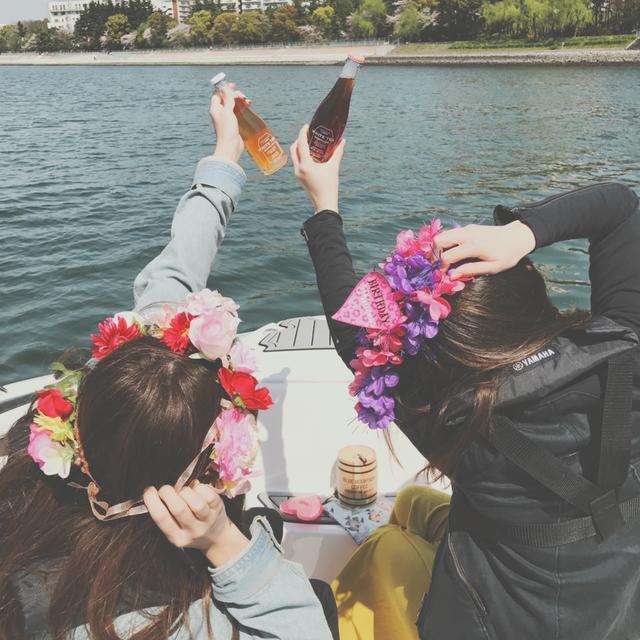 """画像2: 女子の間で流行り始めている""""クルージング女子会""""。「ヤマハマリンクラブ Sea-Style(シースタイル)」ならプライベートな空間を保って、はしゃげて、こんなリア充フォトが撮れる!"""