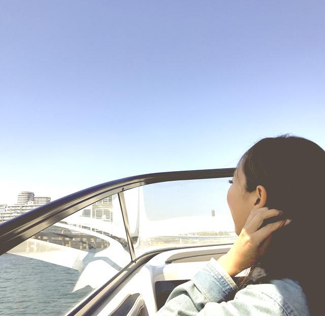 """画像5: 女子の間で流行り始めている""""クルージング女子会""""。「ヤマハマリンクラブ Sea-Style(シースタイル)」ならプライベートな空間を保って、はしゃげて、こんなリア充フォトが撮れる!"""