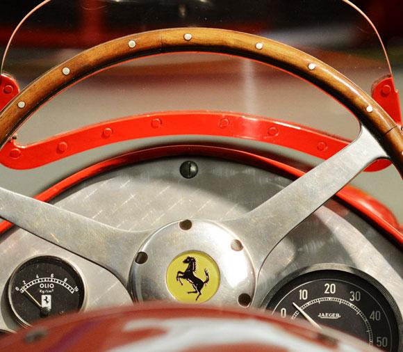 画像: 【70台のスタイルアイコン】フェラーリ・テーラーメイドが新たにデザインする70台の跳ね馬の歴史 プランシングホース(跳ね馬)の70周年を記念し、フェラーリ・テーラーメイドはチェントロ・スティーレのデザイナーと手を携え、フェラーリの歴史を飾る代表的な車を想起させる70種類の特徴と仕様を現代的にアレンジし、70種類のユニークな「アウトフィット」を創り上げました。 auto.ferrari.com