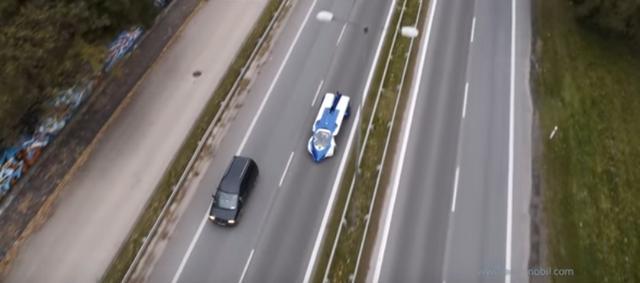 画像: 道路を走行、少し派手なクルマといった様子。 www.youtube.com