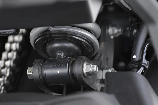 画像: 新型はリヤサスペンションがリンク式になって、加速時の後輪の接地感が倍増しています。新型Ninja650の走りを支える縁の下の力持ちです。