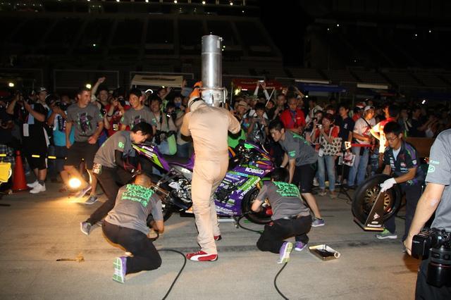 画像: 前夜祭ではバイクパレード、トークショーのほか、各チームのピット作業の練習風景も楽しめます! 神業的スピードでピット作業をするクルーたちの姿を、間近でご覧ください! www.suzukacircuit.jp