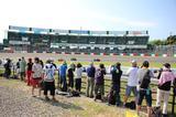 画像: 第1・2コーナー、S字コーナーのイン側の「激感エリア」は、ご覧のようにコースとの距離が近いので、超望遠レンズがなくてもマシンの走りが撮れる箇所としてカメラ好きの人に人気です。各ライダーのコーナリングとマシンのサウンドを間近に体感できます! www.suzukacircuit.jp