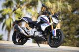 画像4: 彼女が喜んでいるその理由とは・・・普通自動二輪免許(中免)で乗れるBMWバイクの登場だったのです。