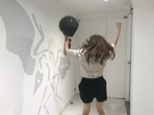 画像: ヘルメットを片手にガッツ!