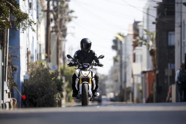 画像2: 彼女が喜んでいるその理由とは・・・普通自動二輪免許(中免)で乗れるBMWバイクの登場だったのです。