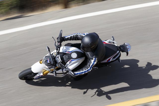 画像1: 彼女が喜んでいるその理由とは・・・普通自動二輪免許(中免)で乗れるBMWバイクの登場だったのです。